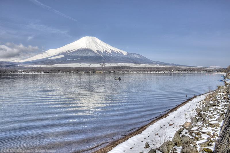 雪の山中湖と富士