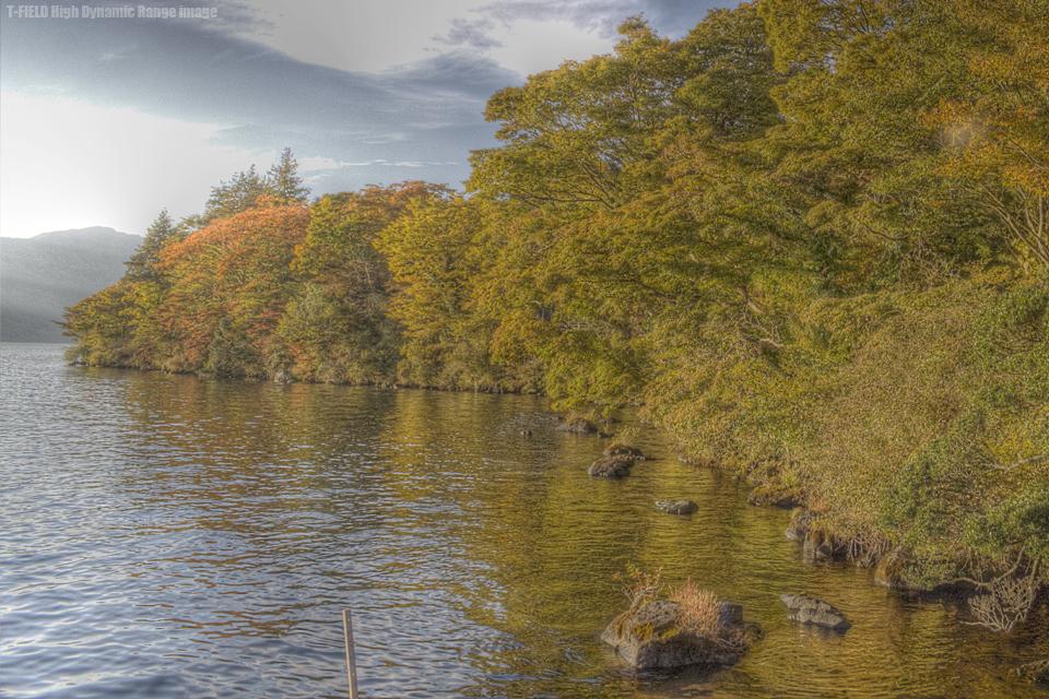 夕日に染まる芦ノ湖湖畔。見えバスいねぇ。