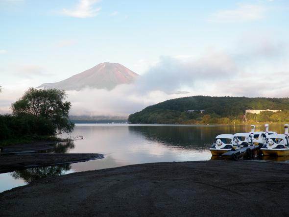 増水した山中湖と富士山