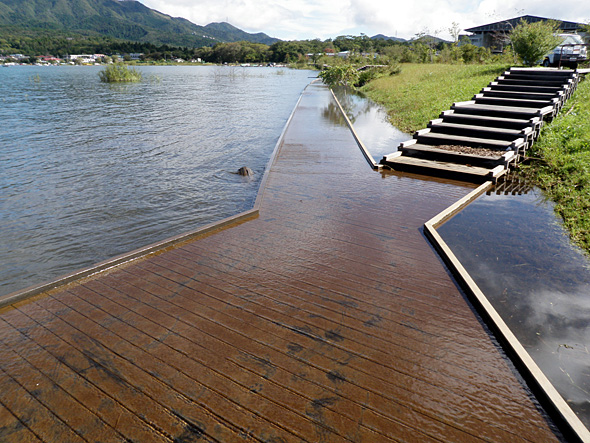 山中湖 歩道も水浸し